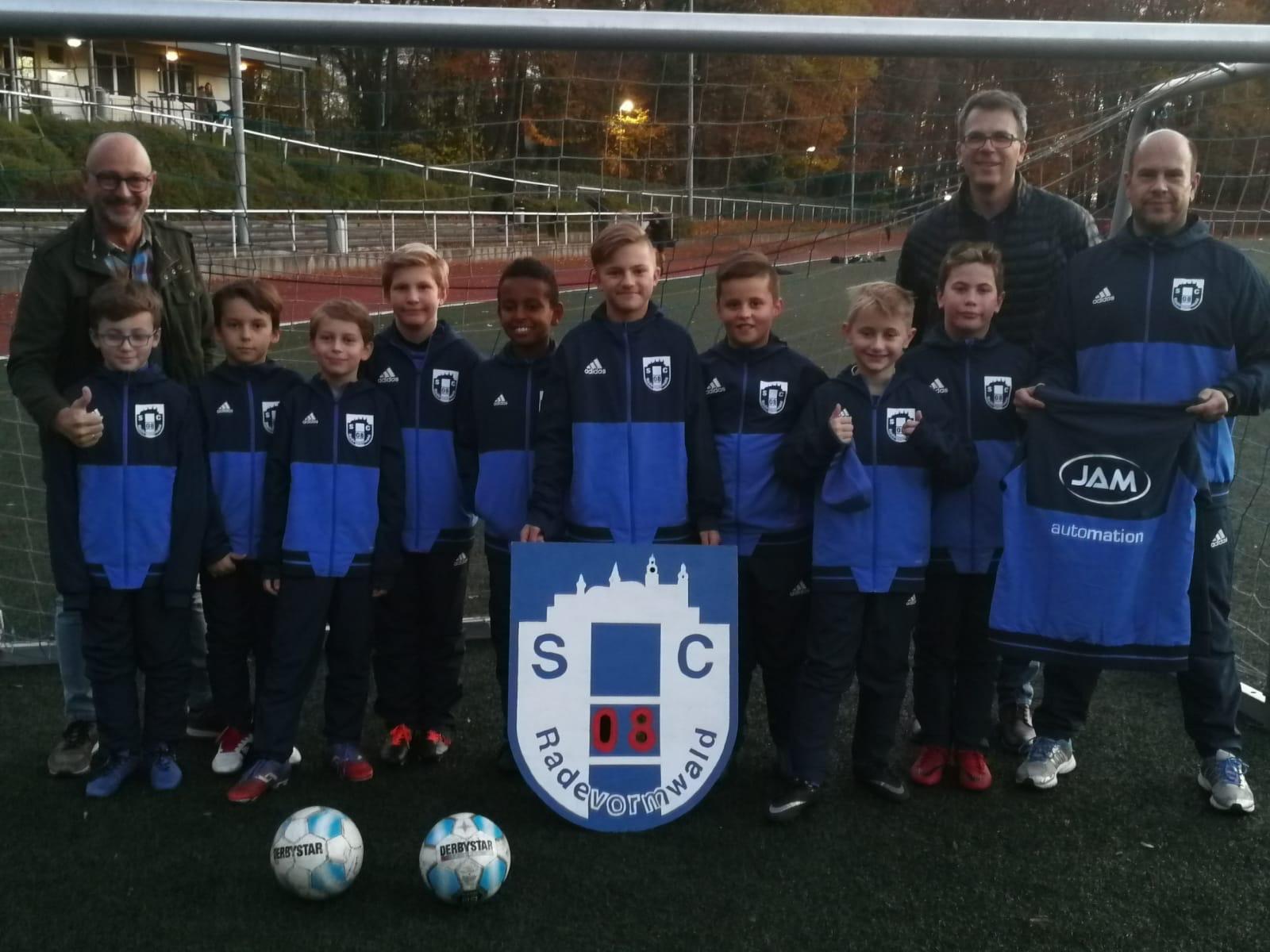 JAM-Automation sponsert der E1- Jugend vom Sportclub 08 Radevormwald neue Trainingsanzüge