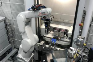 """Kompakte Robotertechnik """"Handling von Frästeilen"""""""